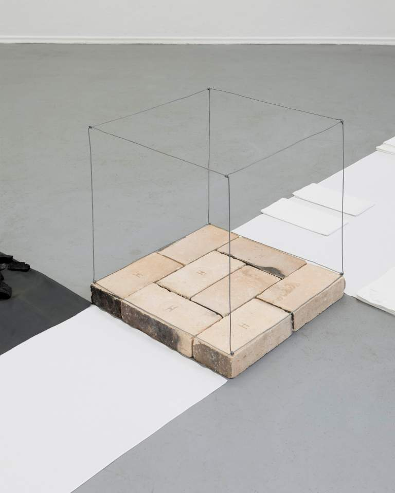alle tage (2014) Stoffe, Holzkohle, Schamottsteine, Draht 350 x 250 x 60 cm